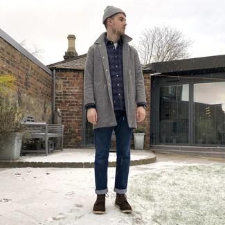 Outfits hombres en invierno 2021: Si buscas un look en tendencia pero clásico, ponte un abrigo largo de pata de gallo gris y unos vaqueros azul marino. Botas casual de ante en marrón oscuro son una sencilla forma de complementar tu atuendo. Es un look extraordinario apropriado para este invierno.