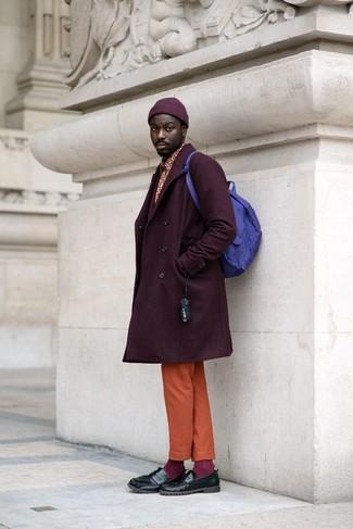 Cómo combinar: abrigo largo morado oscuro, camisa de manga larga estampada roja, pantalón chino naranja, mocasín de cuero negro