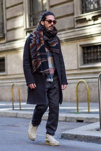 Cómo combinar un pantalón chino de rayas verticales negro: Intenta ponerse un abrigo largo azul marino y un pantalón chino de rayas verticales negro para el after office. ¿Quieres elegir un zapato informal? Haz botas safari de cuero blancas tu calzado para el día.