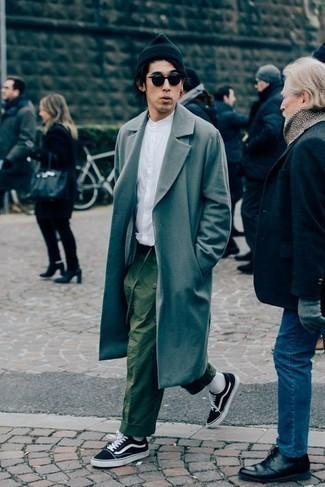 Outfits hombres: Intenta ponerse un abrigo largo gris y un pantalón chino verde oliva para después del trabajo. Si no quieres vestir totalmente formal, elige un par de tenis de lona en negro y blanco.