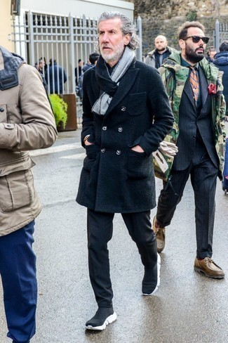 Cómo combinar una camisa de manga larga negra en clima frío: Los días ocupados exigen un atuendo simple aunque elegante, como una camisa de manga larga negra y un pantalón chino negro. ¿Quieres elegir un zapato informal? Opta por un par de deportivas en negro y blanco para el día.