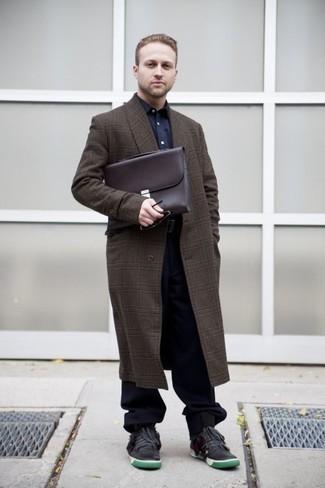 Cómo combinar un portafolio de cuero en marrón oscuro: Emparejar un abrigo largo de tartán en marrón oscuro junto a un portafolio de cuero en marrón oscuro es una opción buena para el fin de semana. Luce este conjunto con tenis de cuero en gris oscuro.