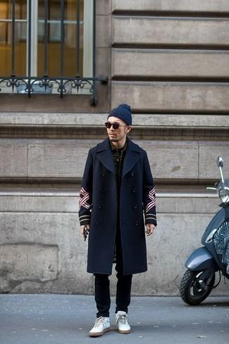 Outfits hombres: Si buscas un estilo adecuado y a la moda, usa un abrigo largo azul marino y un pantalón chino negro. Si no quieres vestir totalmente formal, opta por un par de zapatillas altas de cuero blancas.