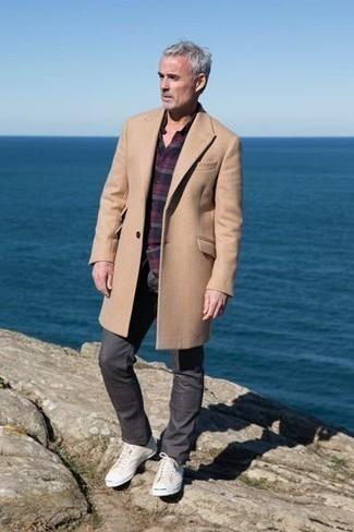 Cómo combinar un pantalón chino en gris oscuro en clima frío: Emparejar un abrigo largo marrón claro junto a un pantalón chino en gris oscuro es una opción atractiva para un día en la oficina. ¿Quieres elegir un zapato informal? Opta por un par de tenis de lona en beige para el día.