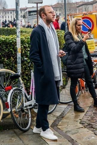 Cómo combinar una bufanda gris: Considera ponerse un abrigo largo azul marino y una bufanda gris transmitirán una vibra libre y relajada. Este atuendo se complementa perfectamente con tenis de cuero blancos.