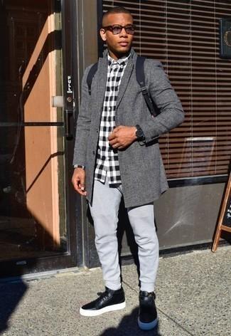 Cómo combinar una mochila de lona azul marino: Haz de un abrigo largo de tartán gris y una mochila de lona azul marino tu atuendo para un look agradable de fin de semana. Zapatillas altas de cuero negras son una opción inigualable para complementar tu atuendo.
