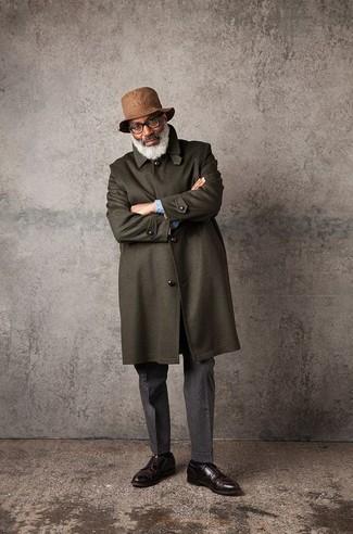 Cómo combinar un pantalón de vestir de lana gris: Considera emparejar un abrigo largo verde oliva con un pantalón de vestir de lana gris para una apariencia clásica y elegante. ¿Quieres elegir un zapato informal? Opta por un par de zapatos derby de cuero en marrón oscuro para el día.
