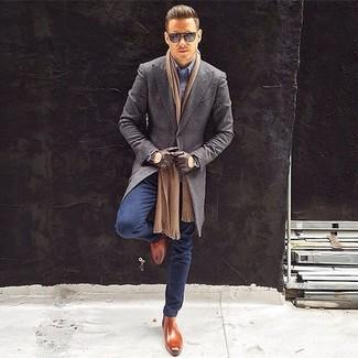 Cómo combinar: abrigo largo gris, camisa de manga larga celeste, vaqueros azul marino, botines chelsea de cuero marrónes