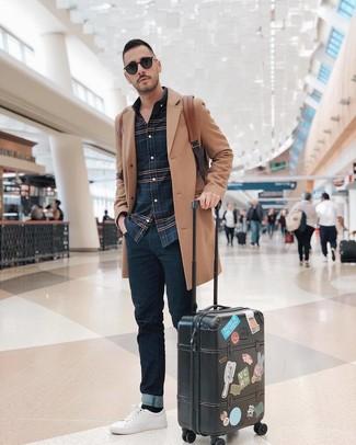 Cómo combinar una mochila de cuero marrón: Emparejar un abrigo largo marrón claro con una mochila de cuero marrón es una opción excelente para el fin de semana. Tenis de cuero blancos son una opción buena para completar este atuendo.