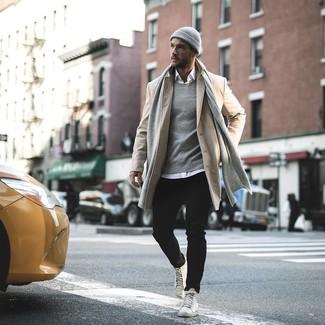 Cómo combinar un abrigo largo en beige: Casa un abrigo largo en beige con unos vaqueros negros para el after office. Si no quieres vestir totalmente formal, elige un par de zapatillas altas de cuero blancas.