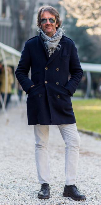 Cómo combinar: abrigo largo azul marino, camisa de manga larga blanca, vaqueros blancos, zapatos derby de cuero negros