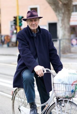 Moda para hombres de 60 años en clima fresco: Si buscas un estilo adecuado y a la moda, intenta ponerse un abrigo largo azul marino y unos vaqueros azules. Agrega botines chelsea de cuero negros a tu apariencia para un mejor estilo al instante.