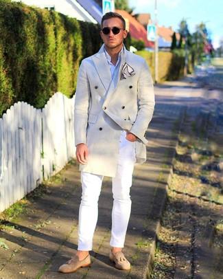 Cómo combinar: abrigo largo en beige, camisa de manga larga blanca, vaqueros pitillo blancos, mocasín con borlas de ante en beige