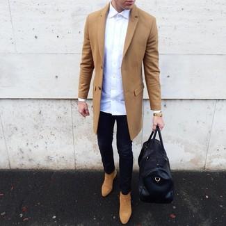 Cómo combinar: abrigo largo marrón claro, camisa de manga larga blanca, vaqueros pitillo negros, botines chelsea de ante marrón claro