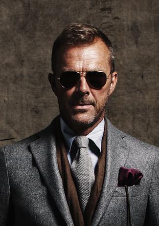 Cómo combinar: abrigo largo gris, camisa de vestir a cuadros gris, corbata de punto gris, pañuelo de bolsillo morado oscuro