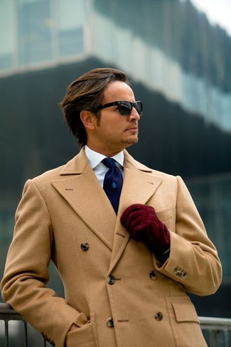 Cómo combinar: abrigo largo marrón claro, camisa de vestir blanca, corbata azul marino, guantes de ante burdeos