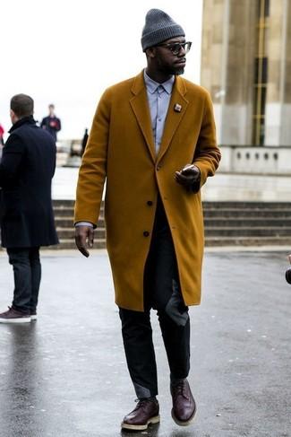 Cómo combinar: abrigo largo en tabaco, camisa de vestir violeta claro, pantalón chino negro, zapatos brogue de cuero en marrón oscuro