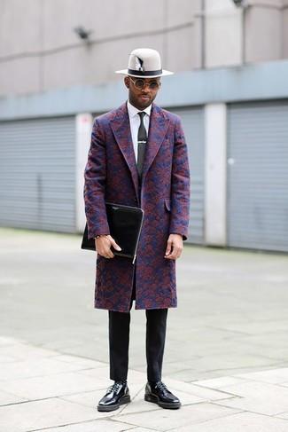 Cómo combinar: abrigo largo con print de flores azul marino, camisa de vestir blanca, pantalón chino negro, zapatos derby de cuero negros