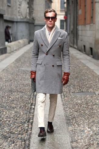 Cómo combinar: abrigo largo gris, camisa de vestir celeste, pantalón chino en beige, mocasín de cuero en marrón oscuro