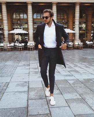 Cómo combinar un pantalón chino de rayas verticales negro: Opta por un abrigo largo en gris oscuro y un pantalón chino de rayas verticales negro para lograr un look de vestir pero no muy formal. Tenis de cuero estampados blancos añadirán interés a un estilo clásico.