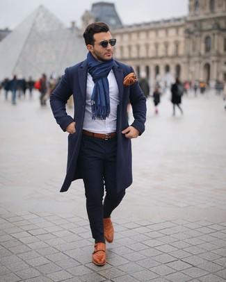 Cómo combinar una bufanda azul marino: Emparejar un abrigo largo azul marino junto a una bufanda azul marino es una opción incomparable para el fin de semana. Complementa tu atuendo con zapatos con doble hebilla de cuero en tabaco para mostrar tu inteligencia sartorial.