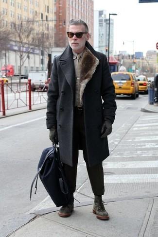 Moda para hombres de 50 años: Si buscas un estilo adecuado y a la moda, casa un abrigo largo en gris oscuro junto a un pantalón chino negro. Botas casual de ante verde oscuro son una opción perfecta para complementar tu atuendo.