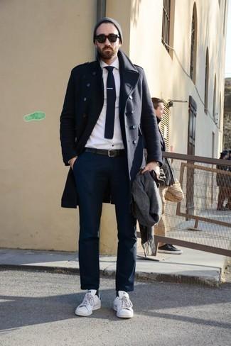 Cómo combinar una bufanda gris: Opta por un abrigo largo azul marino y una bufanda gris transmitirán una vibra libre y relajada. Tenis de cuero blancos son una opción incomparable para completar este atuendo.