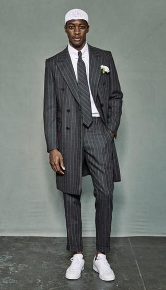 Cómo combinar: abrigo largo de rayas verticales gris, camisa de vestir blanca, pantalón de vestir de rayas verticales gris, tenis blancos
