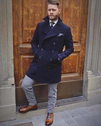 Cómo combinar: abrigo largo azul marino, camisa de vestir blanca, pantalón de vestir de lana gris, botas casual de cuero marrónes