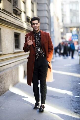 Cómo combinar: abrigo largo en tabaco, camisa de vestir en negro y blanco, pantalón de vestir negro, zapatos con doble hebilla de cuero en marrón oscuro