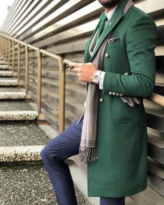 Cómo combinar: abrigo largo verde, camisa de vestir a cuadros blanca, pantalón de vestir azul marino, corbata de punto verde