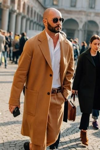 Cómo combinar: abrigo largo marrón claro, camisa de vestir blanca, pantalón de vestir de lana marrón claro, zapatos derby de cuero negros