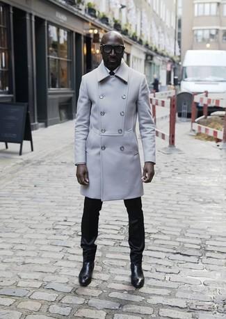 Cómo combinar: abrigo largo gris, camisa de vestir blanca, pantalón de vestir negro, botines chelsea de cuero negros