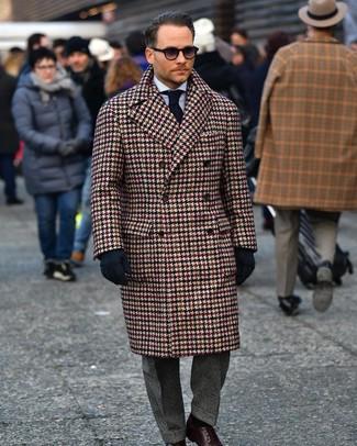 Cómo combinar: abrigo largo de pata de gallo marrón, camisa de vestir de rayas verticales celeste, pantalón de vestir de tartán en gris oscuro, zapatos derby de cuero en marrón oscuro