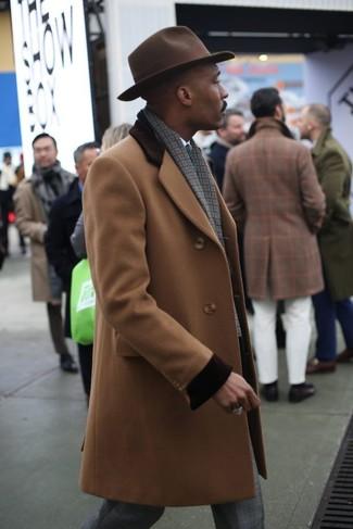 Cómo combinar: abrigo largo marrón claro, camisa de vestir blanca, pantalón de vestir de tartán gris, sombrero de lana en marrón oscuro