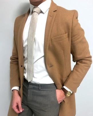 Cómo combinar: abrigo largo marrón, camisa de vestir blanca, pantalón de vestir gris, corbata en beige
