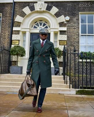 Cómo combinar: abrigo largo verde oscuro, camisa de vestir blanca, pantalón de vestir azul marino, mocasín con borlas de cuero burdeos