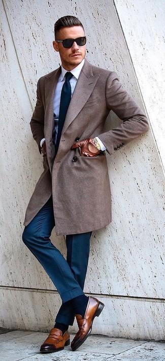 Cómo combinar: abrigo largo marrón, camisa de vestir blanca, pantalón de vestir azul, mocasín de cuero marrón
