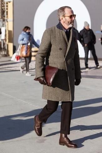 Cómo combinar un pantalón de vestir en marrón oscuro: Elige un abrigo largo marrón y un pantalón de vestir en marrón oscuro para un perfil clásico y refinado. Botas formales de cuero marrónes son una opción buena para complementar tu atuendo.
