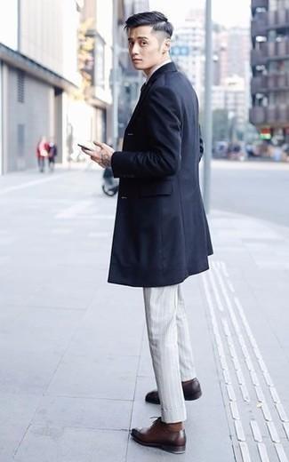 Outfits hombres en primavera 2020: Elige un abrigo largo azul marino y un pantalón de vestir de rayas verticales gris para un perfil clásico y refinado. Zapatos oxford de cuero burdeos son una opción buena para complementar tu atuendo. Esta opción es la mejor para las jornadas de primavera.
