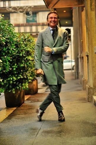 Cómo combinar un abrigo largo verde oliva: Considera emparejar un abrigo largo verde oliva junto a un pantalón de vestir verde oscuro para una apariencia clásica y elegante. ¿Quieres elegir un zapato informal? Opta por un par de zapatos con doble hebilla de cuero en marrón oscuro para el día.