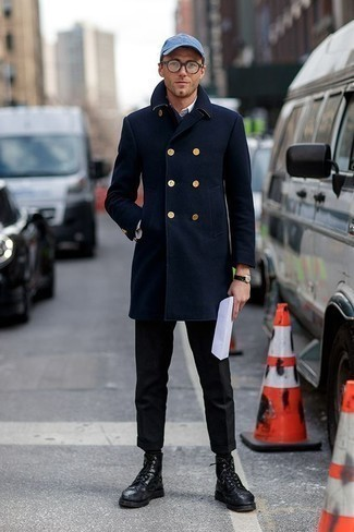 Cómo combinar un abrigo largo azul marino: Elige un abrigo largo azul marino y un pantalón de vestir negro para una apariencia clásica y elegante. Si no quieres vestir totalmente formal, opta por un par de botas brogue de cuero negras.
