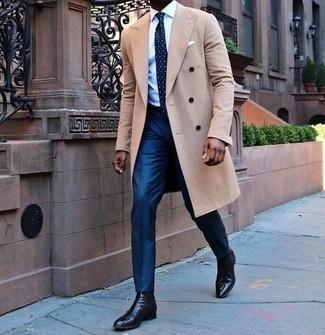 Cómo combinar un pantalón de vestir azul: Considera emparejar un abrigo largo marrón claro junto a un pantalón de vestir azul para una apariencia clásica y elegante. Botines chelsea de cuero negros resaltaran una combinación tan clásico.