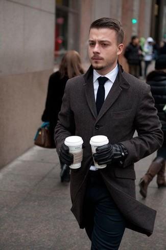 Opta por un abrigo largo marrón oscuro de Maison Margiela y un pantalón de vestir negro para un perfil clásico y refinado.