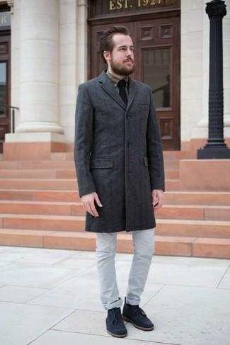 Cómo combinar: abrigo largo en gris oscuro, camisa de vestir estampada verde oliva, vaqueros grises, botas safari de ante azul marino