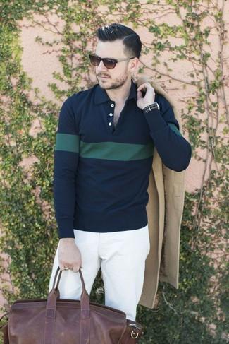 Cómo combinar: abrigo largo en beige, camisa polo de rayas horizontales en azul marino y verde, pantalón chino blanco, bolso baúl de cuero en marrón oscuro