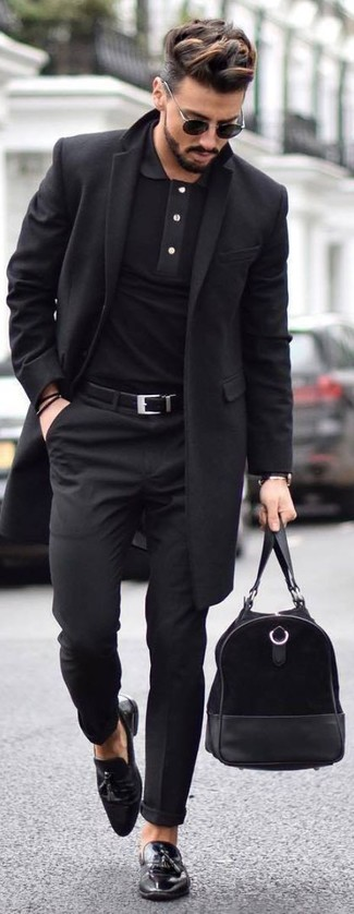 Cómo combinar: abrigo largo negro, camisa polo negra, pantalón de vestir negro, mocasín con borlas de cuero negro