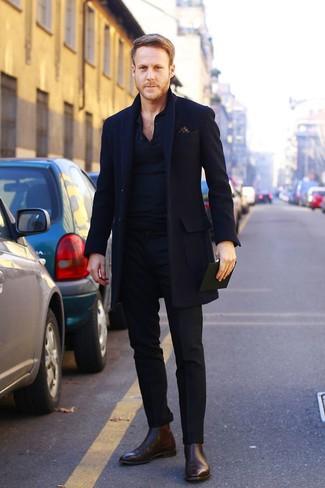 Luce lo mejor que puedas en un abrigo largo negro y un pantalón de vestir negro. ¿Quieres elegir un zapato informal? Elige un par de botines chelsea de cuero en marrón oscuro para el día.