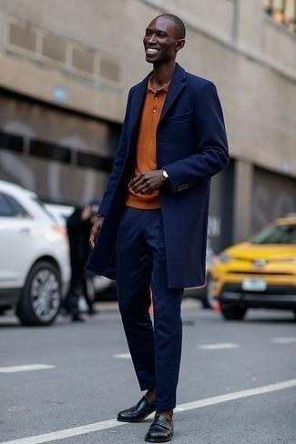Outfits hombres en clima frío: Ponte un abrigo largo azul marino y un pantalón de vestir azul marino para una apariencia clásica y elegante. Para darle un toque relax a tu outfit utiliza mocasín con borlas de cuero negro.
