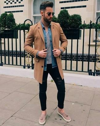 Cómo combinar: abrigo largo marrón claro, camisa vaquera azul, camiseta con cuello circular gris, vaqueros pitillo desgastados negros